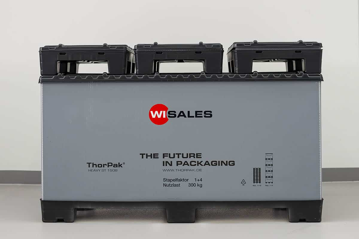 Heavy ST Faltbarer Container als Gitterbox Ersatz, Light ST Faltbehälter für leichte Bauteile. Single Sheet Palette (mit Stahlverstärkung) mit Locator mit Locator zur Verriegelung des Behälterrings. Behälterring aus Aircell® 10mm/3000g. Twin Sheet Deckel mit Rastnasen zur Arretierung und Scharnier/Single Sheet Deckel.